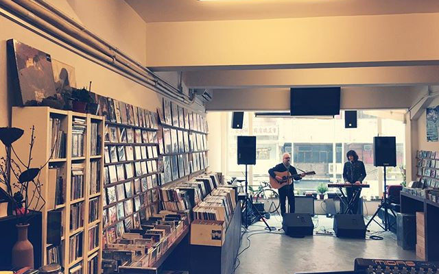 Damon & Naomi's soundcheck at White Noise Records in Hong Kong (Photo: <a href='https://www.instagram.com/p/-8ICE4GX3n/'>white_noise_records</a>)
